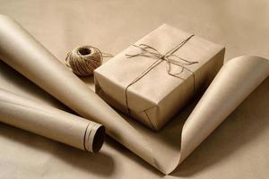 geschenkverpakking in ambachtelijk papier met een rol touw foto