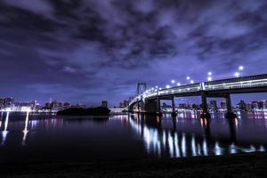 regenboogbrug in odaiba japan bij nacht foto