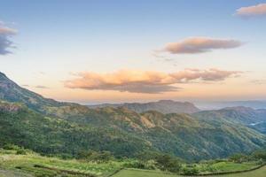 uitzicht op de bergen bij zonsondergang foto