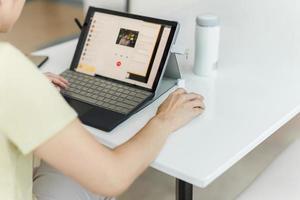 zakenvrouw video-oproep naar zakenpartner met behulp van laptop thuis foto