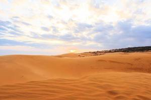 rode zandduin mui ne zandduin en zonsondergang in Zuid-Vietnam foto