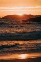 kleurrijke zonsondergang op het strand foto