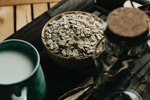 een ontbijt van een kopje havermelk met haverzaad foto