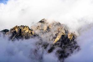 rotsachtige pieken en wolken foto