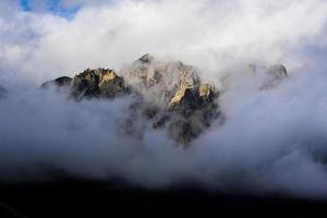 rotsachtige pieken en wolken een foto