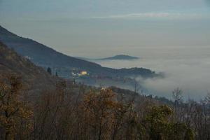 wolken en heuvels foto