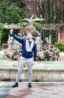 jonge man die een foto neemt met zijn mobiele telefoon in het park