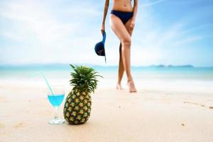 sexy vrouw in de blauwe bikini springen op het strand foto