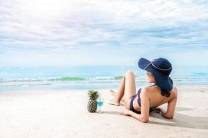 sexy vrouw in de blauwe bikini op het strand foto