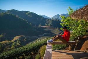 reiziger paly laptop in de ochtend met uitzicht op het landschap foto