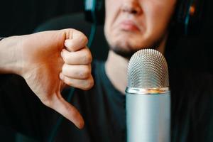 podcast studiomicrofoon met een afkeer van een man foto