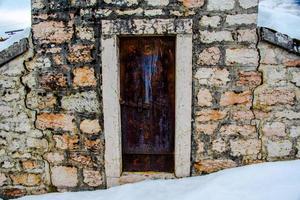 kleine roestige deur foto