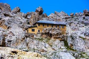 verlaten toevluchtsoord in de Dolomieten foto