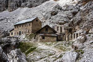 verlaten huis in de bergen foto