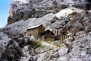 verlaten gebouw in de Dolomieten foto