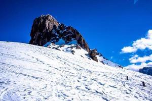 rotsachtige berg in de sneeuw foto