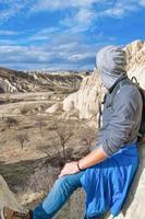 toerist kijkt naar verre witte vallei in Cappadocië, Turkije foto