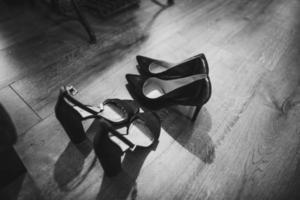 grijswaardenfotografie van pumps en stilettosandalen foto