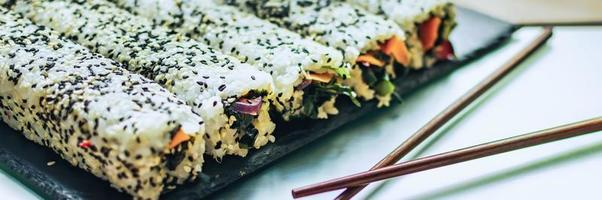 ongehakte sushi met stokjes foto