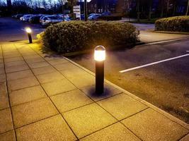 twee lichten en bestrating foto