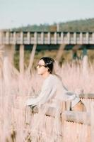 vrouw met zonnebril in het land-erf wegkijken foto