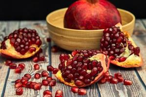 rijp granaatappelfruit op oud bruin houten foto