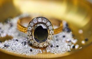 ring met diamanten en saffier foto