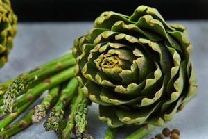 asperges en artisjokken met kruiden foto