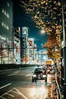 zwarte auto op de straat van Tokyo 's nachts foto