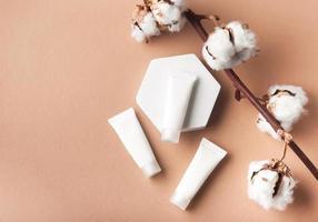 witte buizen crème op een bruine achtergrond foto