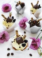 chocolade cupcakes op witte marmeren achtergrond foto