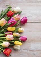 lente tulpen op een houten achtergrond foto