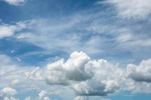 witte pluizige wolken met blauwe lucht foto