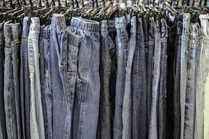 rij van opgehangen spijkerbroek broek in winkel foto