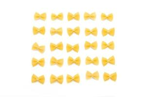 Droge ongekookte farfalle pasta op witte achtergrond foto