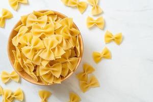 droge ongekookte farfalle pasta in kom foto