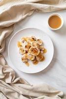 plakjes gegrilde banaan met karamelsaus foto