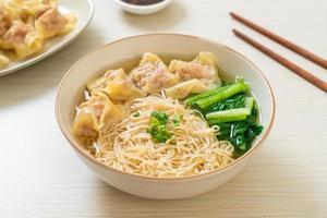 eiernoedels met varkenswontonsoep of varkensknoedelssoep en groente - Aziatische voedselstijl foto
