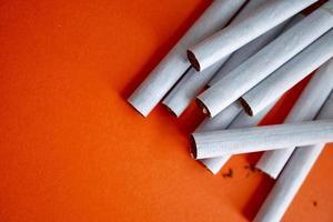 sigarettentabak op de oranje achtergrond foto