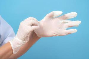 handen in steriele handschoenen verpleegster of dokter foto