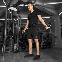 sport man training doen oefening in sportschool foto