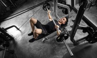 sport man training met een zware barbell foto