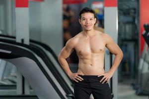 knappe sportieve man poseren in sportschool foto