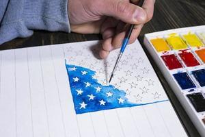 kunstenaar schildert een aquarel Amerikaanse vlag voor ons onafhankelijkheidsdag foto