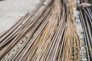 stapel recht oud roestig hoogspanningsvervormd wapeningsstaal foto