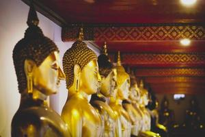 bangkok, thailand okt, 2019 - gouden boeddha's in een tempel foto