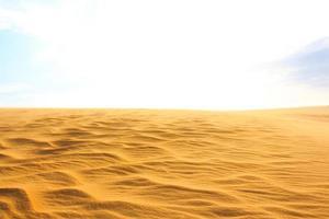 golf op woestijn en blauwe lucht mui ne zandduin in Zuid-Vietnam foto