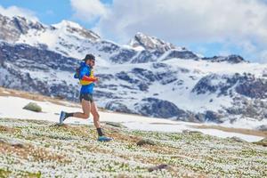 atleet loopt een bergafwaarts bergpad foto