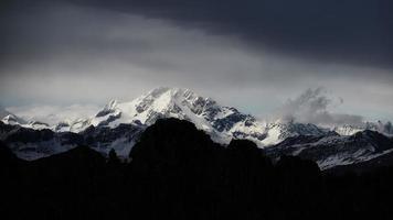 het massief van de berg disgrazia in de rhaith-alpen foto
