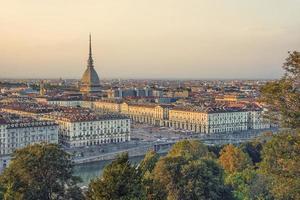 de stad Turijn bij zonsondergang foto